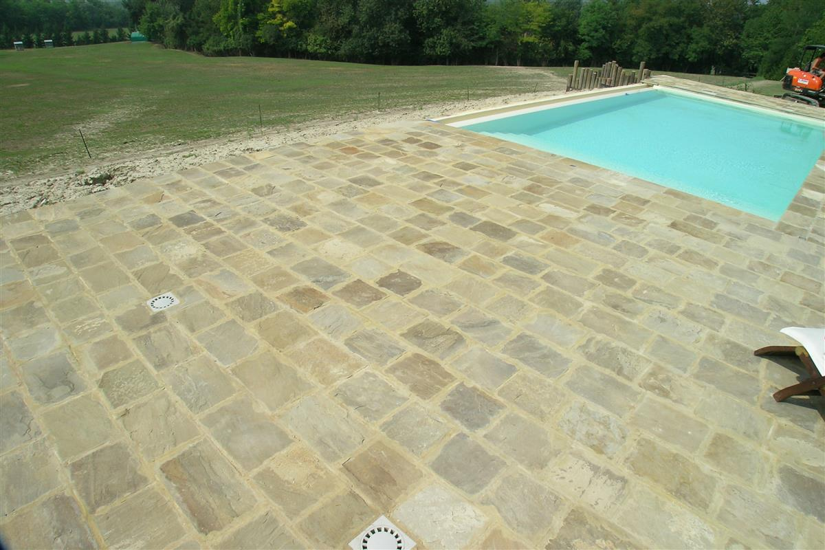 Natural stone swimming pool n°41